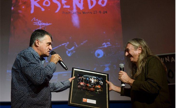 El presentador y el cantante, Rosendo, durante la entrega de su disco de oro por su albúm 'Directo en las Ventas'