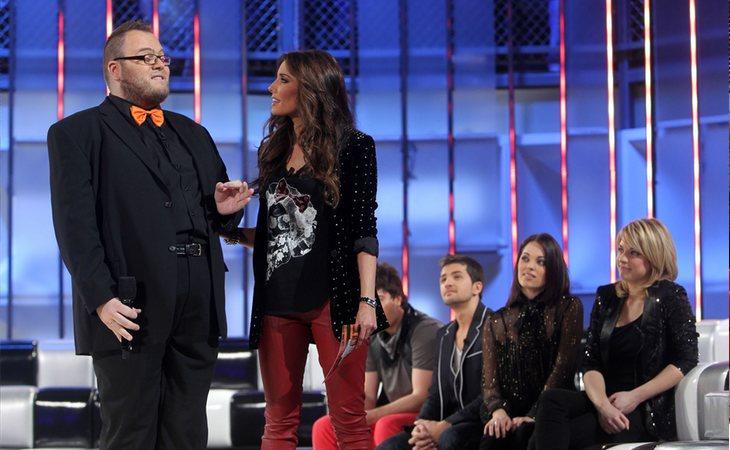 Pilar Rubio, presentadora de 'OT 2011', junto a alguno de los concursantes