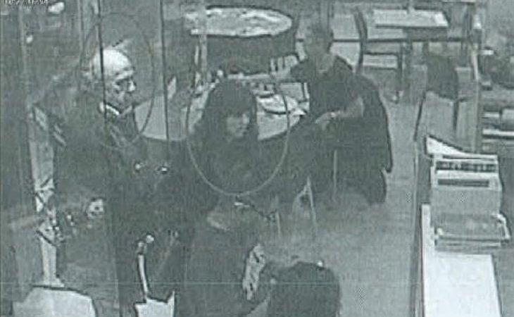 Álvarez Conde accede al restaurante con su pareja, Rosario Tur