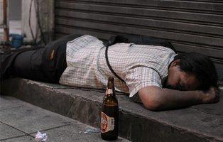 Le declaran muerto tras una borrachera, vuelve a la vida y decide continuar de fiesta