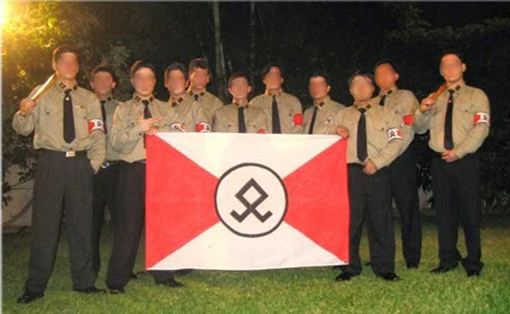 Algunos seguidores del movimiento posando con su bandera