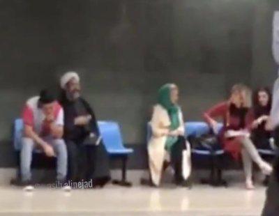 """""""No me dices qué vestir"""": una mujer se enfrenta a un clérigo iraní que le quería imponer el velo"""
