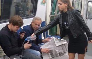 Una activista feminista rocía lejía sobre los hombres que hacen 'manspreading' en el metro