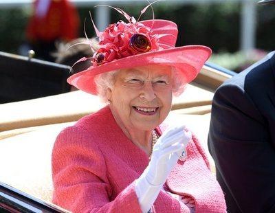 La reina Isabel II tiene una mano falsa para saludar cuando va en el coche