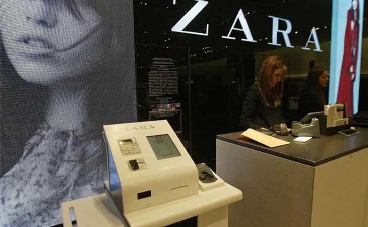 Cajas de autocobro en una tienda de Zara