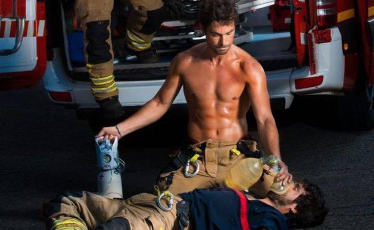 Una de las imágenes del calendario de bomberos de Zaragoza