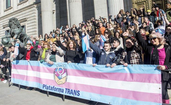 Miembros de la Plataforma Trans a las puertas del Congreso tras el registro de la ley por Unidos Podemos
