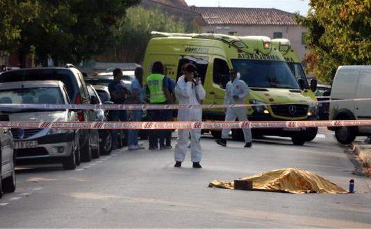 La policía científica en el lugar donde ha sido asesinada la mujer, San Joan les Fonts