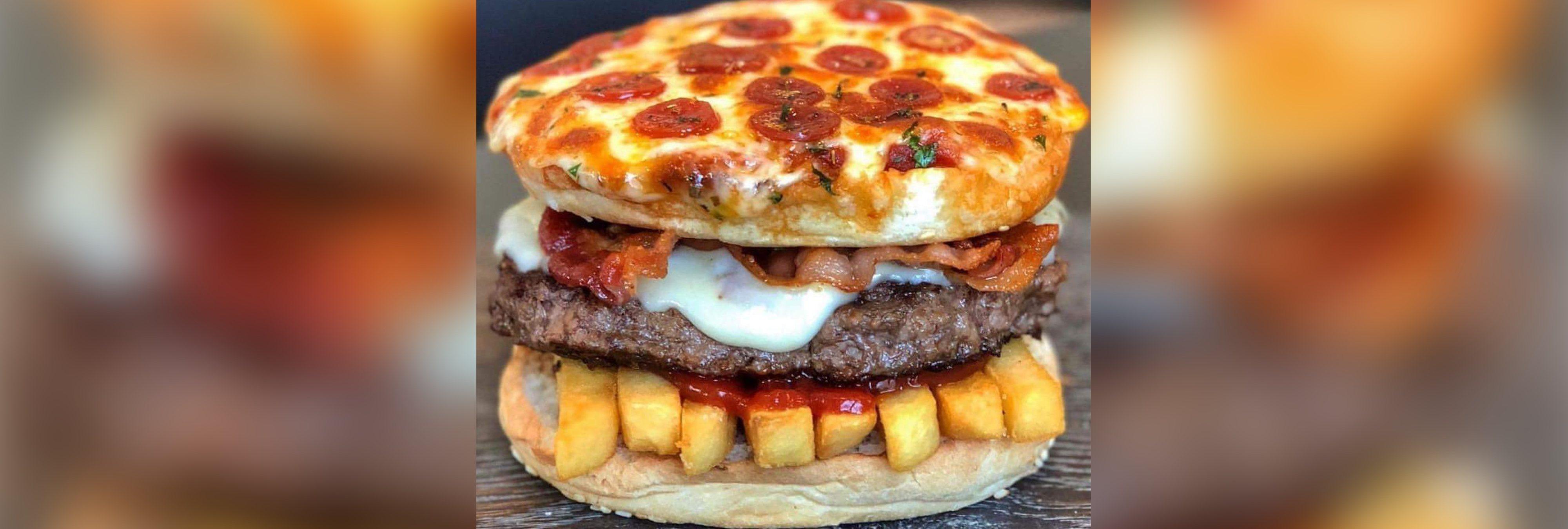 Hamburguesa de pizza con patatas dentro: el nuevo invento que causa furor en las redes