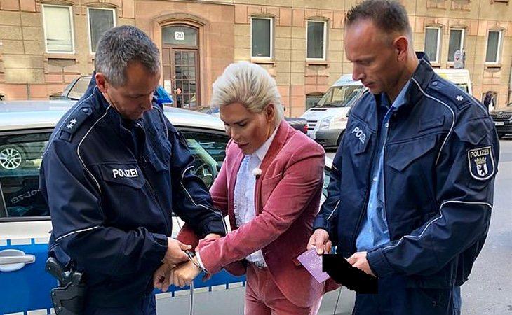 Alves siendo detenido por la policía berlinesa