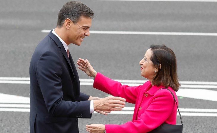 Pedro Sánchez y Margarita Robles en el desfile militar del 12-O