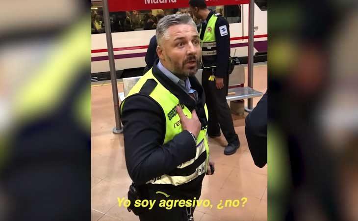 Uno de los agentes de seguridad encarándose con los testigos