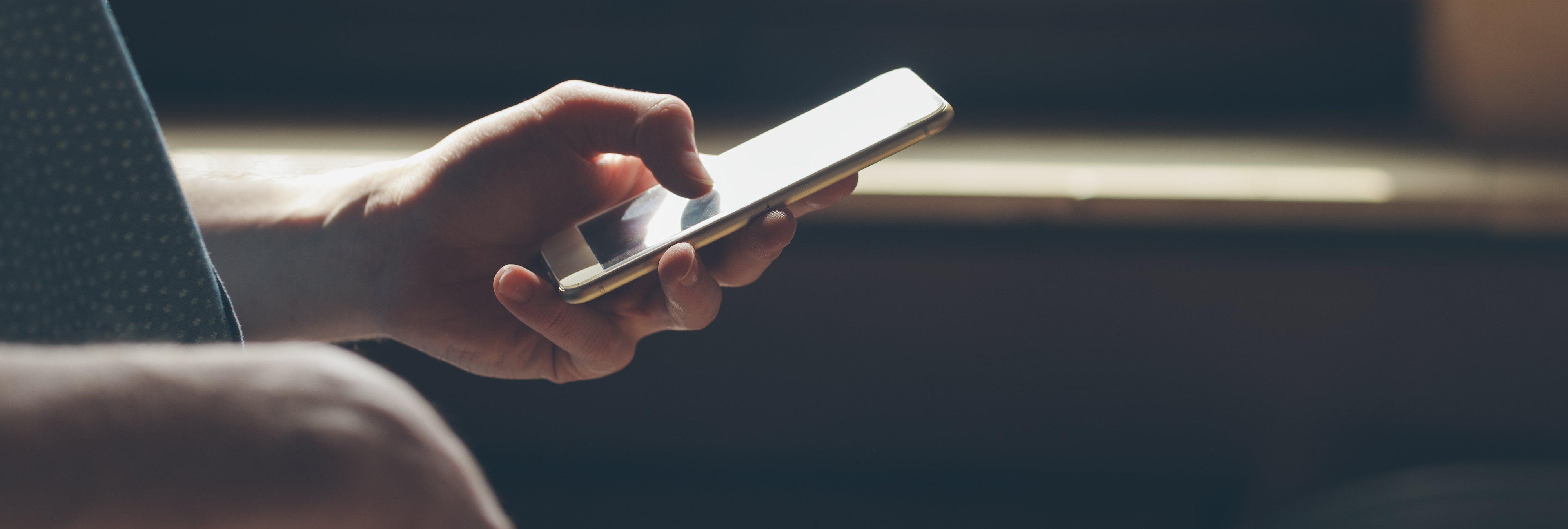 La razón psicológica por la que revisamos continuamente el móvil