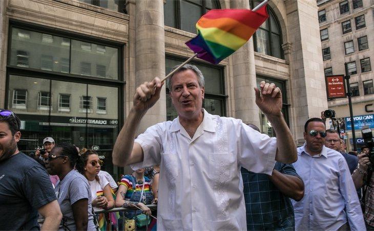 El alcalde, Bill de Blasio, ondeando una bandera LGTB