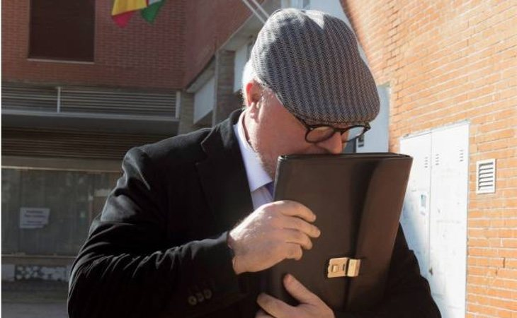 José Villarejo, tendente a ocultar su rostro frente a los medios