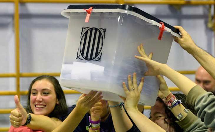 Una mesa electoral enseñando la urna