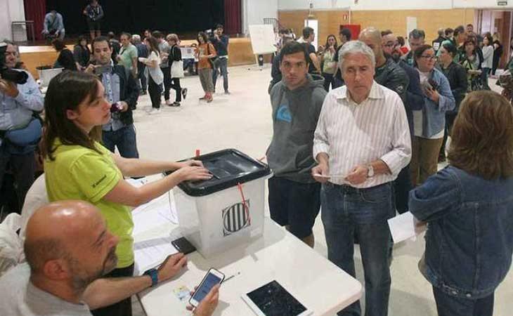 Personas votando durante el referendum
