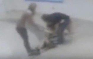 Una profesora y una enfermera arrastran y tiran por las escaleras a un niño autista