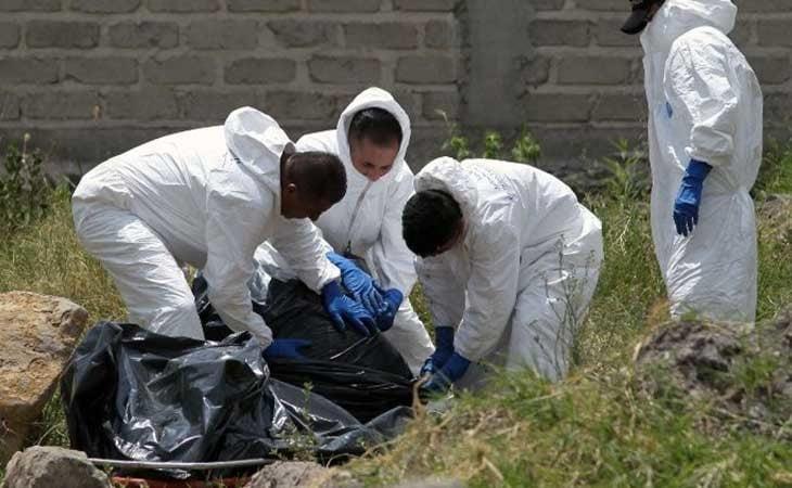 Técnicos forenses desenterrando a las víctimas de Juan Carlos y Patricia
