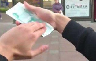 Un youtuber millonario se mofa de la gente tirando dinero por la ventanilla de su coche
