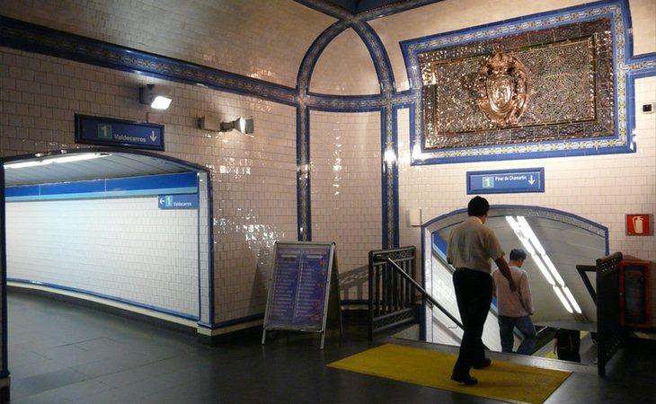 La estación de Tirso de Molina esconde algo detrás de sus azulejos