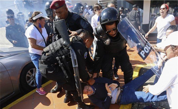 Las autoridades arrestando a un manifestante en Managua, Nicaragua