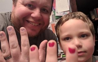 El ejemplo de un padre al saber que han humillado a su hijo por pintarse las uñas