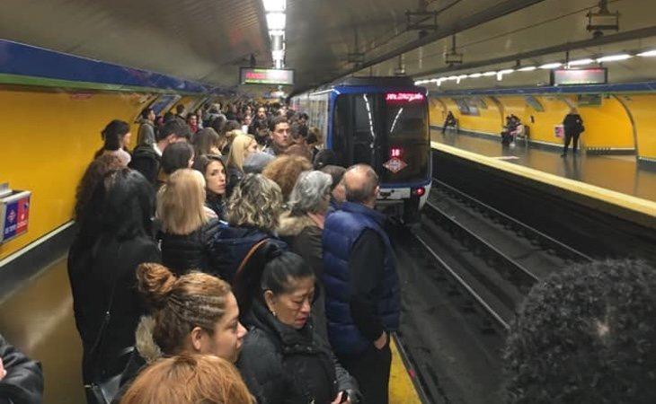 Un convoy de Metro abandona la estación de Callao dejando el anden completamente lleno de personas