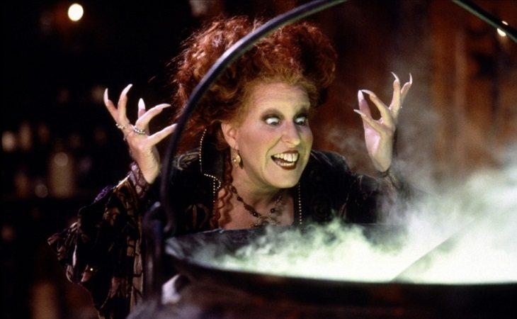 Bette Midler pasándoselo pipa con sus conjuros
