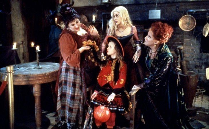 Thora Birch rodeada de brujas
