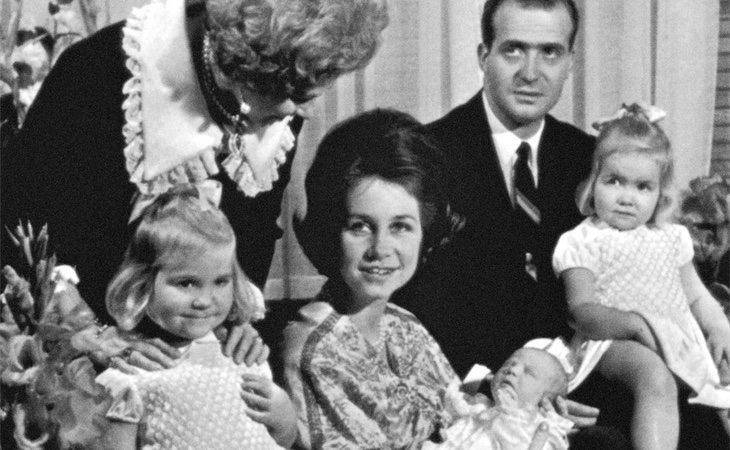 Los reyes eméritos con las infantas y un recién nacido Felipe