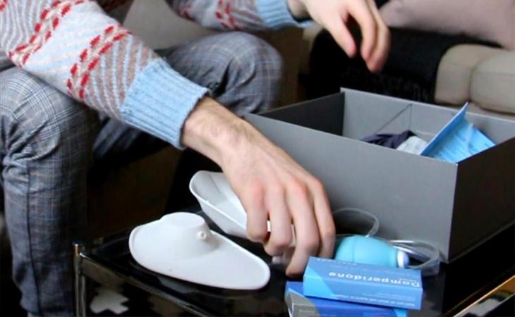 Un hombre hace uso del kit para amamantar a los recién nacidos