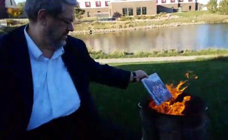Paul Dorr quemando libros LGTB
