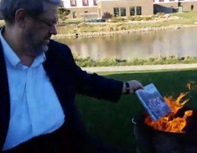 Recaudan un pastón para reponer los libros LGTB quemados por radicales cristianos en una biblioteca