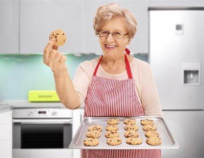 Cocina unas galletas con las cenizas de su abuela y las comparte con sus compañeros