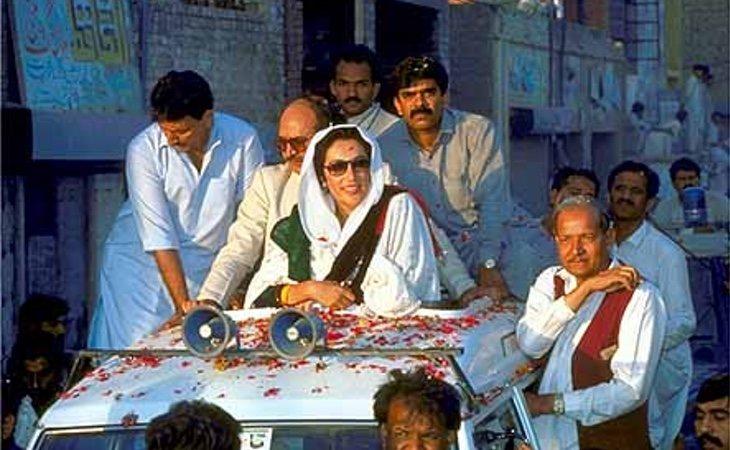 Bhutto en el acto donde perdería la vida