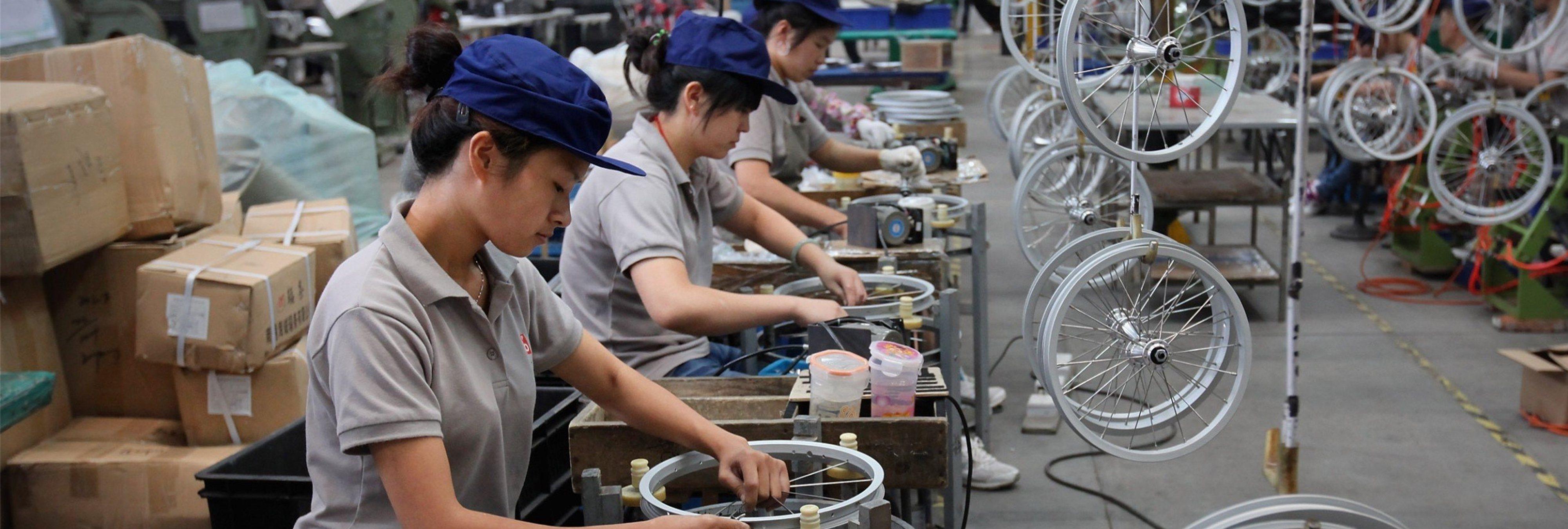 Empleados chinos obligados a beber orina y a comer cucarachas por no cumplir objetivos