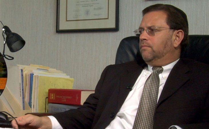 Goldwasser en su despacho haciendo cosas no gays