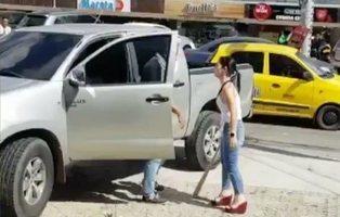 Sorprende a su esposo con otra mujer y se venga a golpe de bate en plena vía pública