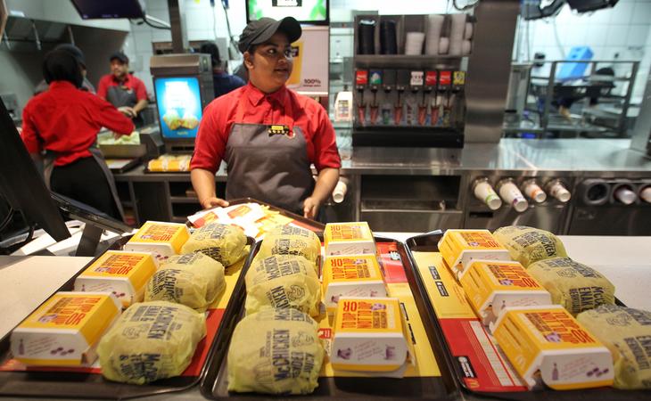 Los antiguos empleados de la compañía recomiendan elegir hamburguesas de pescado antes que de carne o pollo
