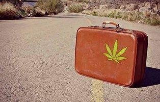 Nueva oferta de trabajo: más de mil euros al mes por fumar marihuana y viajar por el mundo