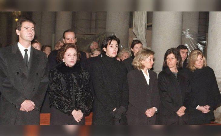 Mariola, la primera a la derecha junto a su madre y sus hermanos