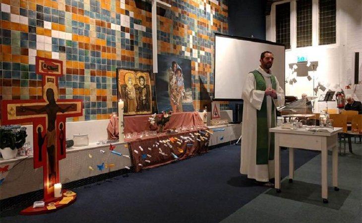 Uno de los religiosos en su turno de misa