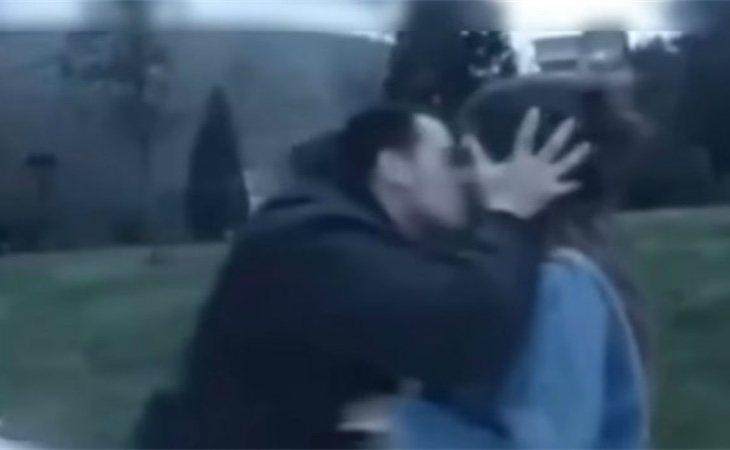 Wilson Alfonso besando a una de las víctimas de acoso