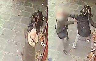 Golpea brutalmente y roba a una mujer mientras que la gente contempla la escena sin actuar