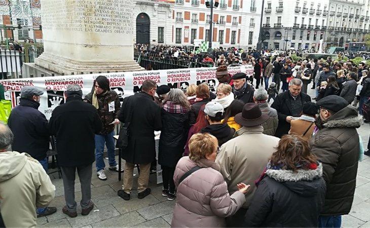 La mesa de la Puerta del Sol tenía gente esperando para votar desde primera hora de la mañana