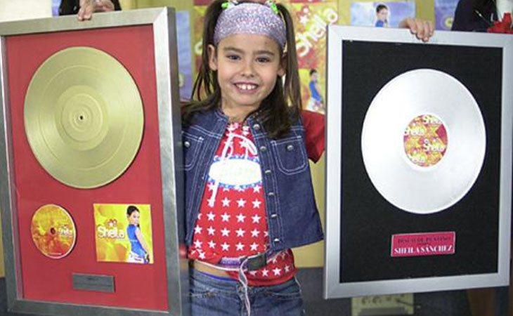 Sheila (Yaiza Esteve) con su disco de oro en