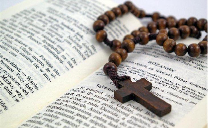 Las Sagradas Escrituras acompañadas de un rosario