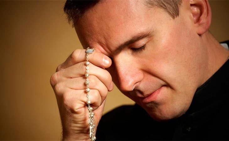 Un buen hombre rezando para dejar de ver porno