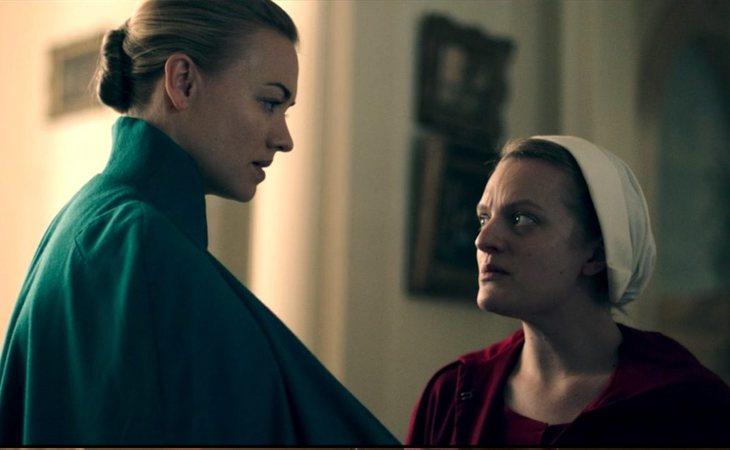 Yvonne Strahovski yElisabeth Moss en 'The Handmaid's Tale'
